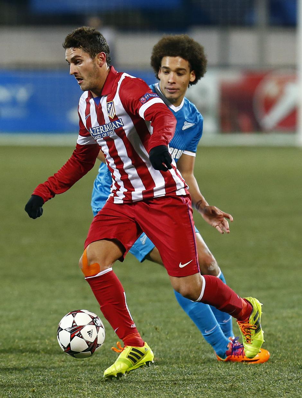 Temporada 13/14. Champions League. Zenit - Atlético de Madrid. Koke se deshace de la presión de un jugador del Zenit