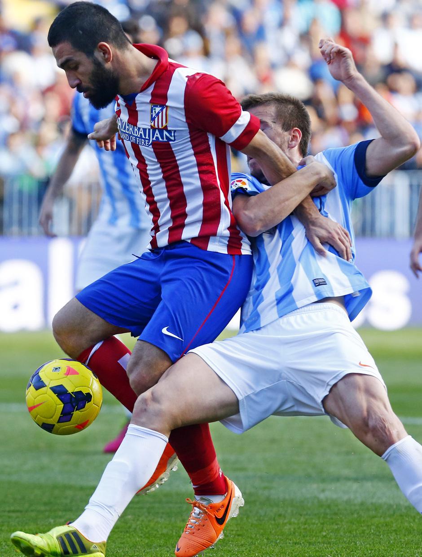 Temporada 13/14 Liga BBVA Málaga - Atlético de Madrid. Arda mantiene la posesión.