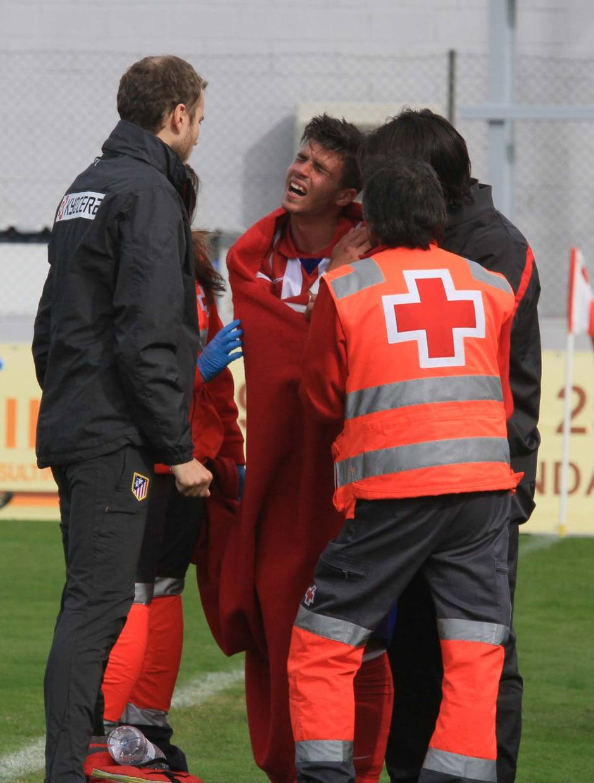 Héctor Hernández, del Atlético B, es atendido por las asistencias antes de ser retirado en camilla por una fractura de la clavícula izquierda