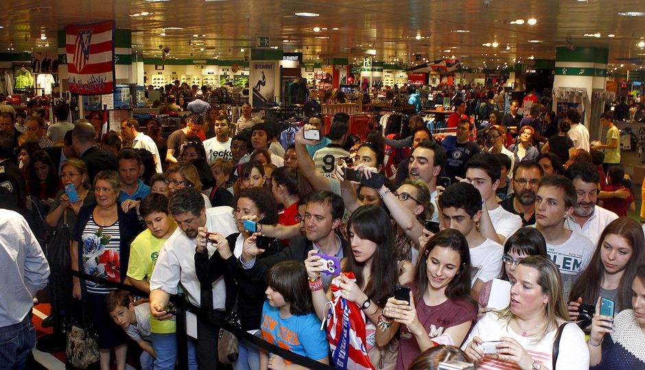 Miles de personas se acercaron a El Corte Inglés para estar presentes en la firma de autógrafos de Thibaut Courtois y Raúl García.