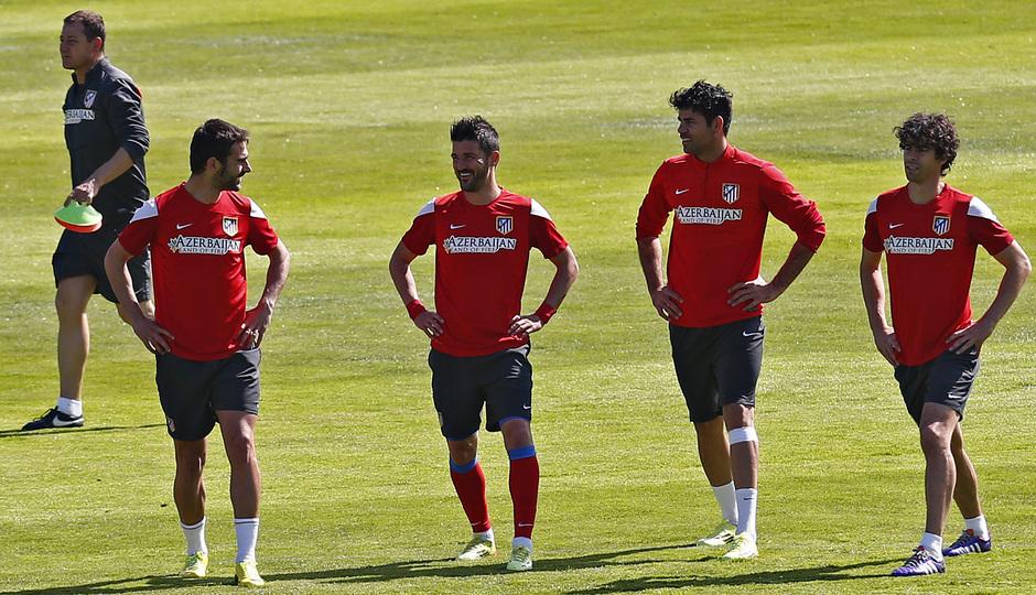 temporada 13/14. Entrenamiento en la Ciudad deportiva de Majadahonda. Costa Adrián Villa y Tiago hablando durante el entrenamiento