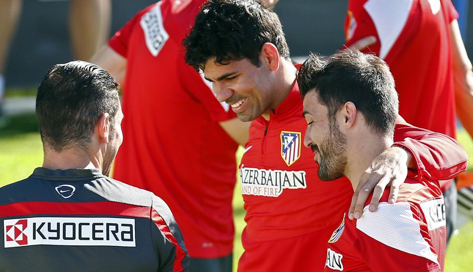 temporada 13/14. Entrenamiento en la Ciudad deportiva de Majadahonda. Villa y Costa charlando con Simeone