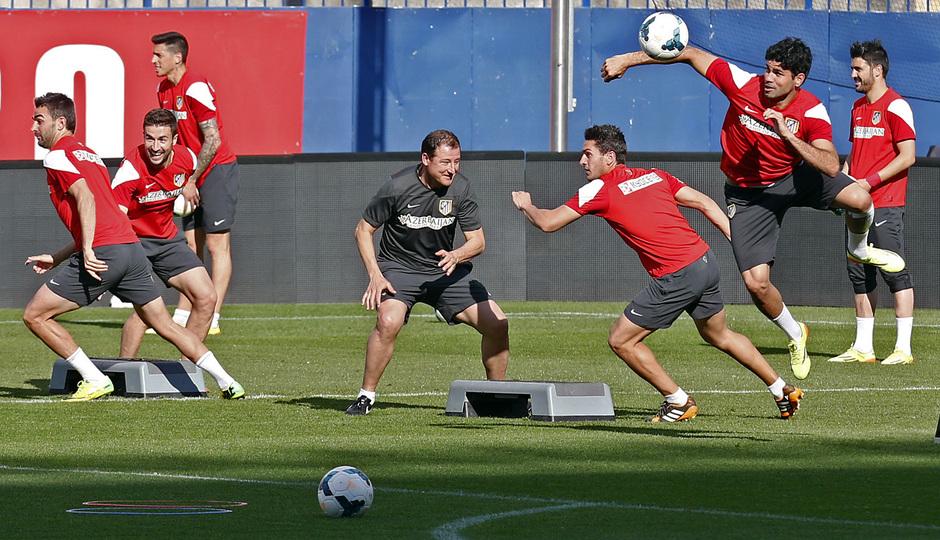 temporada 13/14. Entrenamiento en el estadio Vicente Calderón. Jugadores realizando ejercicios con balón