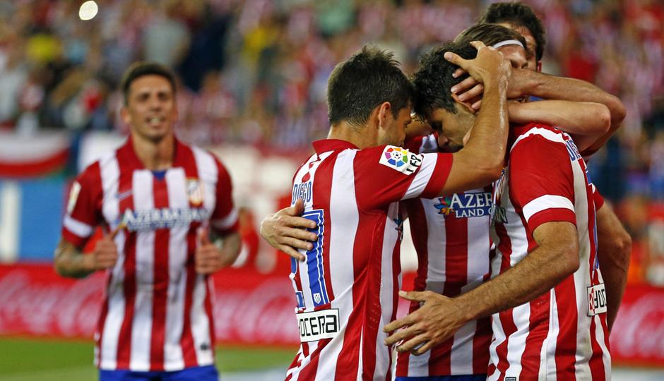 temporada 13/14. Partido Atlético de Madrid- Elche. Filipe luchando un balón