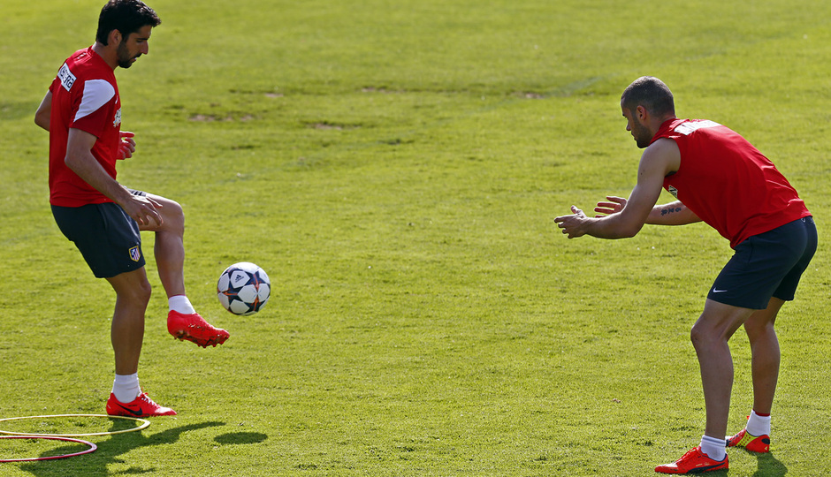Temporada 13/14. Entrenamiento. Equipo entrenando en Majadahonda. Mario y Raúl realizando ejercicios con balón