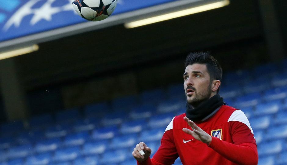 Temporada 13/14. Champions League. David Villa observa el balón.