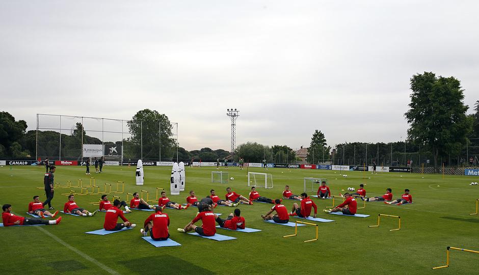 temporada 13/14. Entrenamiento en la Ciudad deportiva de Majadahonda. Jugadores estirando durante el entrenamiento