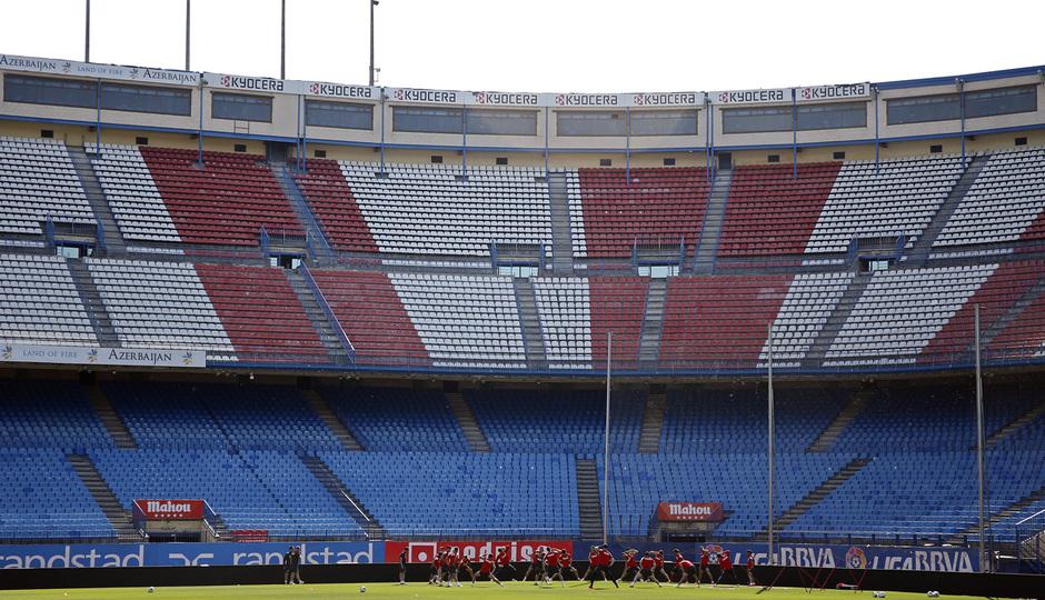 temporada 13/14. Entrenamiento en el estadio Vicente Calderón. Jugadores realizando ejercicios físicos