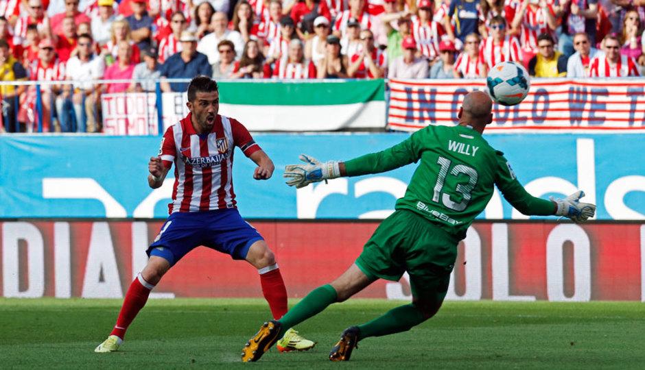Temporada 13/14 Liga BBVA Atlético de Madrid - Málaga. Disparo de David Villa.