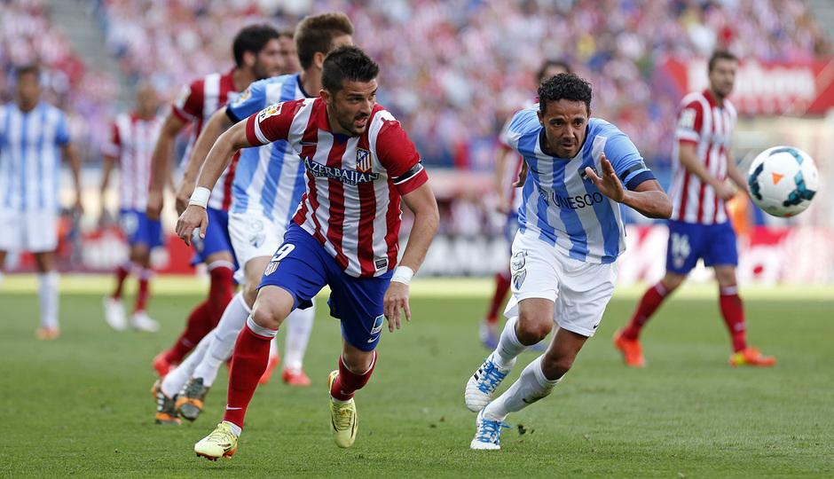 Temporada 2013-2014. David Villa pugna un balón con Weligton.
