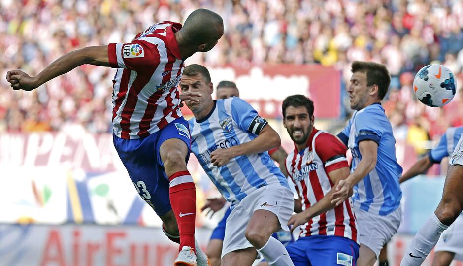 temporada 13/14. Partido Atlético de Madrid_Málaga. Miranda rematando de cabeza