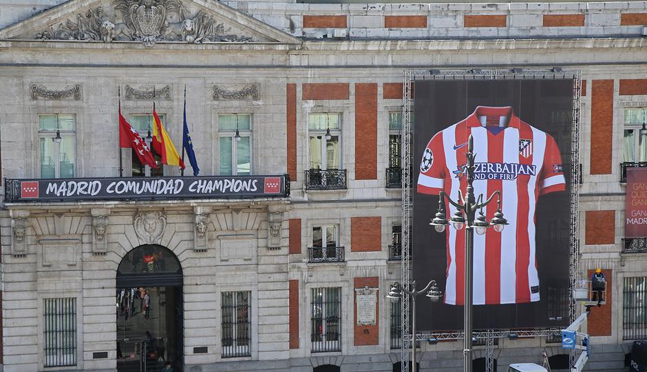 Camiseta gigante del Atlético de Madrid en la sede de la Comunidad