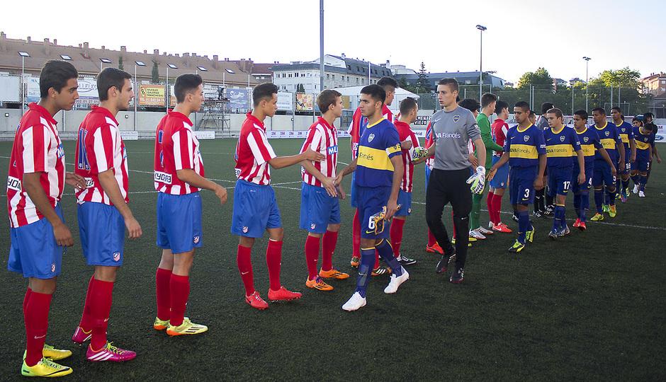 Saludo inicial entre Atlético de Madrid y Boca Juniors en el segundo partido del Mundialito Sub-17