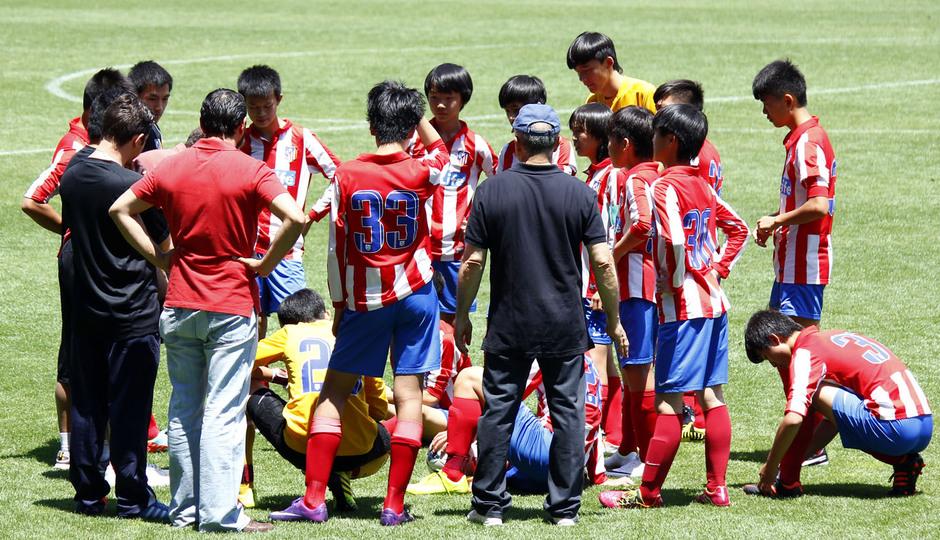 Proyecto Wanda. Los jugadores del Atlético hablan de la estrategia para la segunda parte. Foto: Alexander Marín