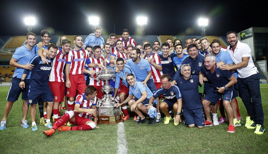 Pretemporada 2014-15. Atlético de Madrid - Sampdoria. Trofeo Ramón de Carranza. El equipo posa junto al trofeo Carranza