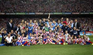 temporada 14/15 . Partido Atlético de Madrid Real Madrid. Supercopa de España. Equipo posando con la copa