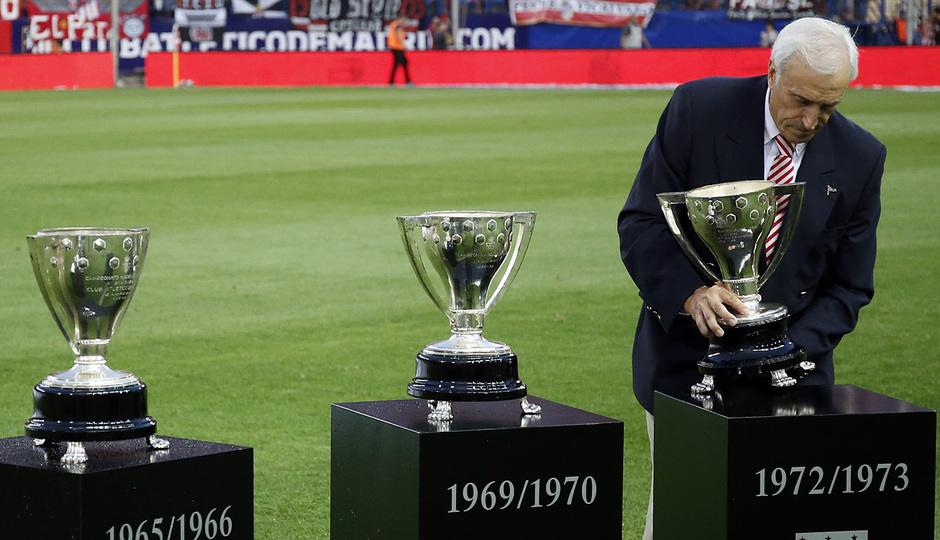 Temporada 14-15. Jornada 2 de Liga. Atlético de Madrid-Eibar. Los diez trofeos de liga se pusieron sobre el campo.