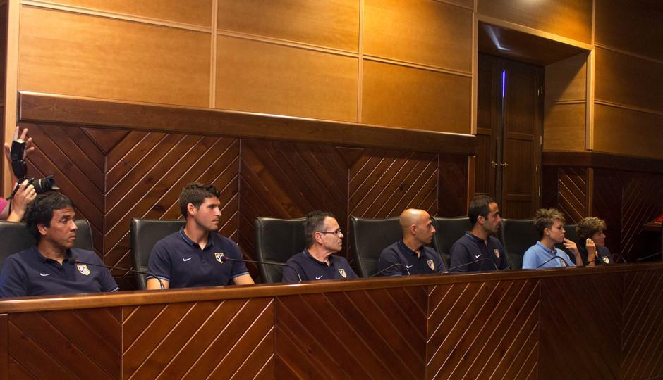 Temporada 14-15. El cuerpo técnico y la capitana escuchan atentamente al alcalde de Pozoblanco.