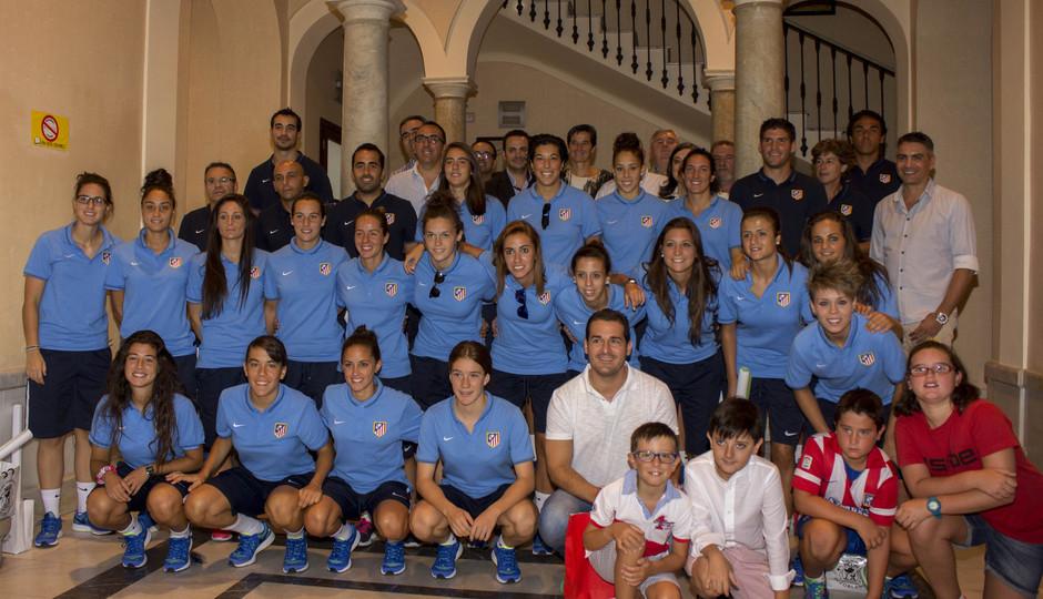 Temporada 14-15. El equipo del Atlético de Madrid Féminas posa en la entrada del Ayto. de Pozoblanco.