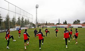 Temporada 12/13. Entrenamiento, jugadores forman en circulo para realizar ejercicios durante el entrenamiento en la Ciudad Deportiva de Majadahonda