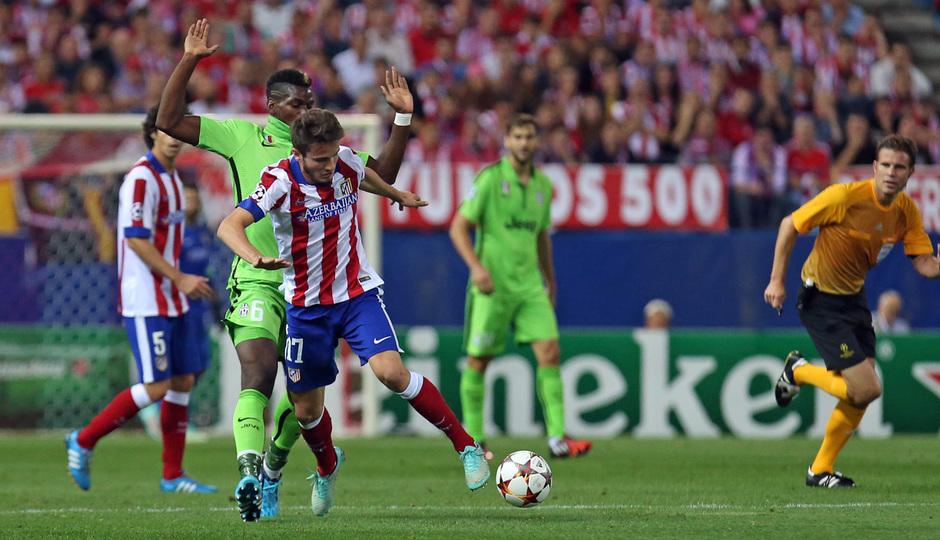 Temporada 14-15. Atlético-Juventus. Saúl se lleva un balón ante Pogba