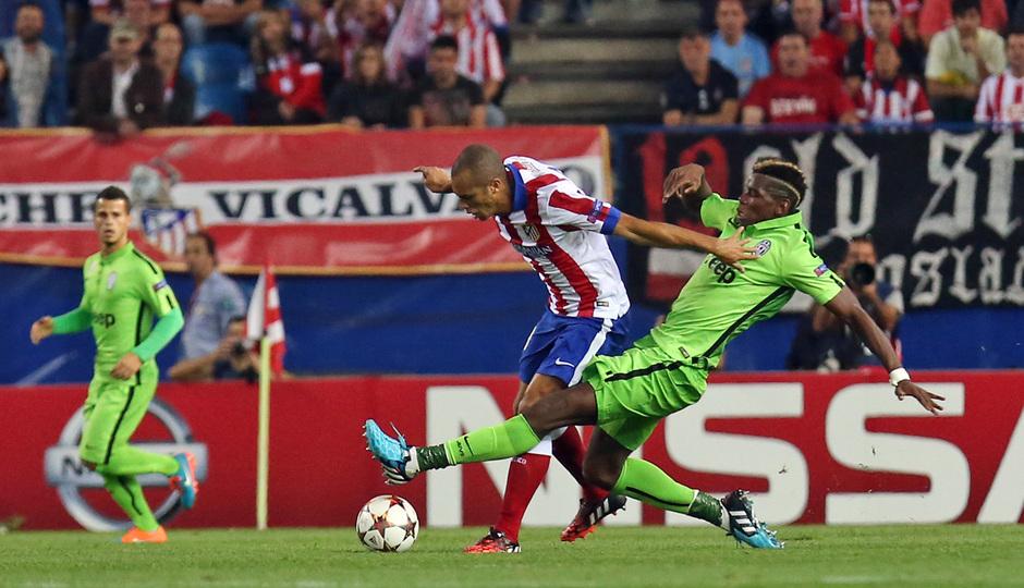 Temporada 14-15. Atlético-Juventus. Miranda sufre una entrada de Pogba.