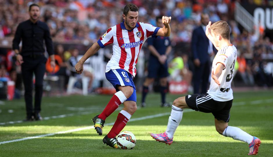 Temporada 14-15. Jornada 7. Valencia-Atlético de Madrid. Koke intenta el regate en la banda.