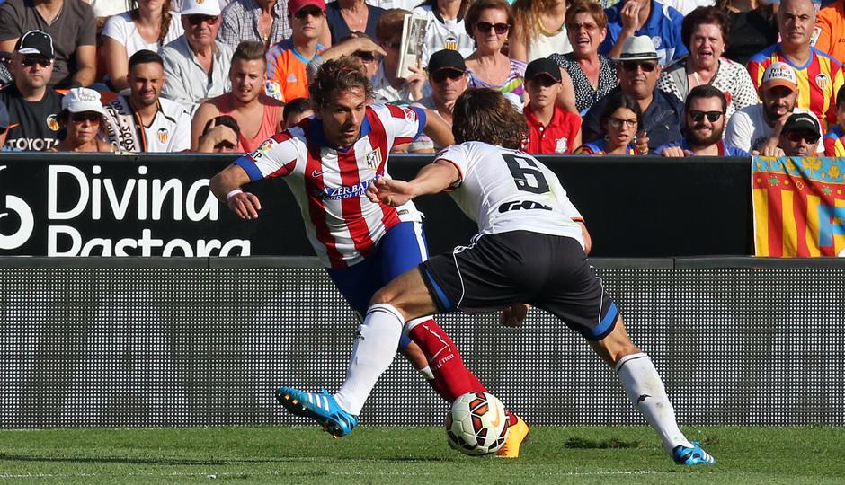 Temporada 14-15. Jornada 7. Valencia-Atlético de Madrid. Cerci intenta el regate en la banda.