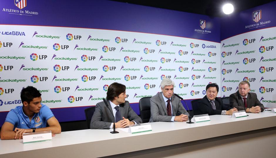 Acto de patrocinio con la LFP.  Raúl Jiménez, Clemente Villaverde, Adolfo Bara, Stanley Yu y Russell Pinton durante la presentación.