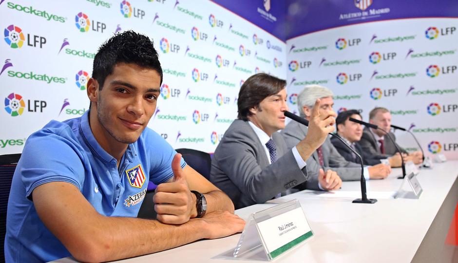 Acto de patrocinio con la LFP. Raúl Jiménez sonríe a las cámaras.