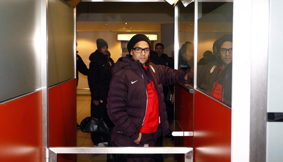 UEFA Europa League 2012-13. Falcao pasa por el control de pasaportes en Moscú
