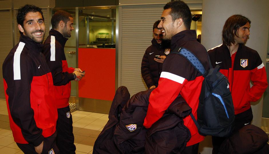 UEFA Europa League 2012-13. Raúl García, Asenjo, Mario y Cisma bromean en el aeropuerto de Moscú