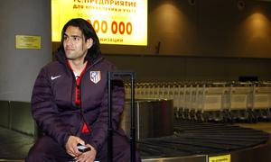 UEFA Europa League 2012-13. Falcao espera sentado sobre una cinta transportadora de maletas en Moscú
