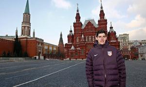 UEFA Europa League 2012-13. Courtois posa en la Plaza Roja de Moscú