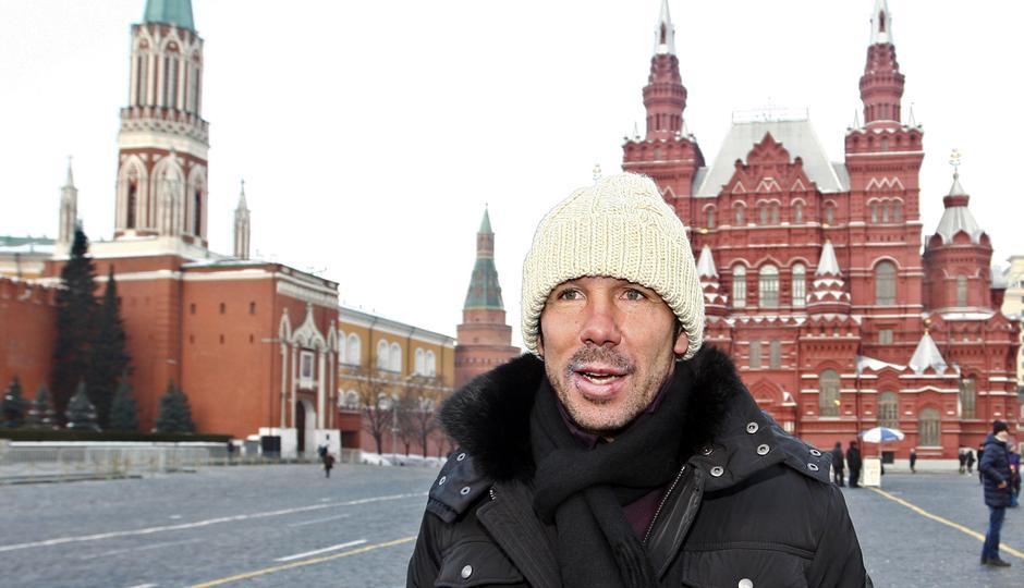 UEFA Europa League 2012-13. Simeone pasea por la Plaza Roja