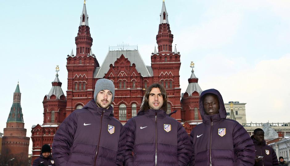 UEFA Europa League 2012-13. Pulido, Cisma y Galass posan ante la catedral de San Basilio en la Plaza Roja de Moscú