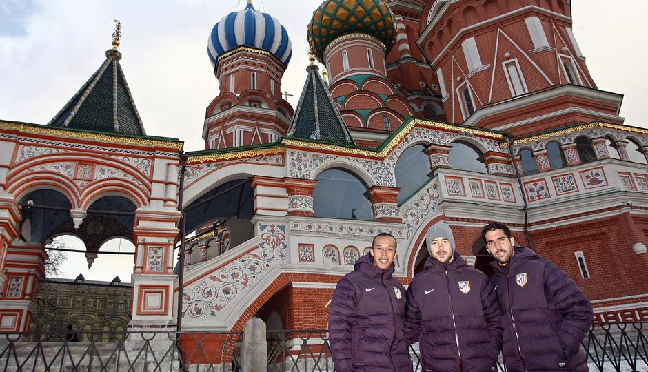 UEFA Europa League 2012-13. Miranda, Pulido y Raúl García posan en la Plaza Roja