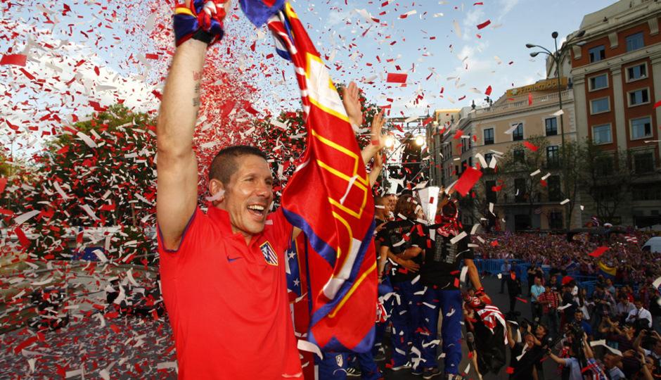 Simeone celebra la Europa League de la temporada 2011/12 en la plaza de Neptuno