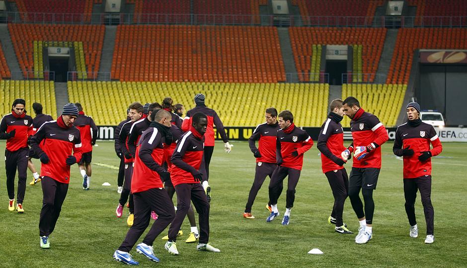 Los jugadores del Atlético de Madrid se ejercitan sobre el césped artificial del estadio Luzhniki.