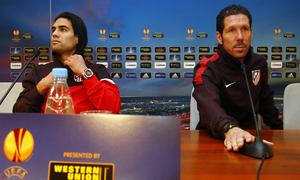 Simeone y Falcao, justo antes de comenzar la rueda de prensa oficial en el estadio Luzhniki