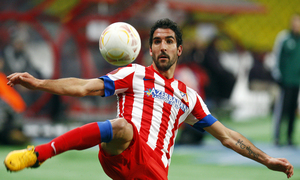 Raúl García golpea el balón a media altura.