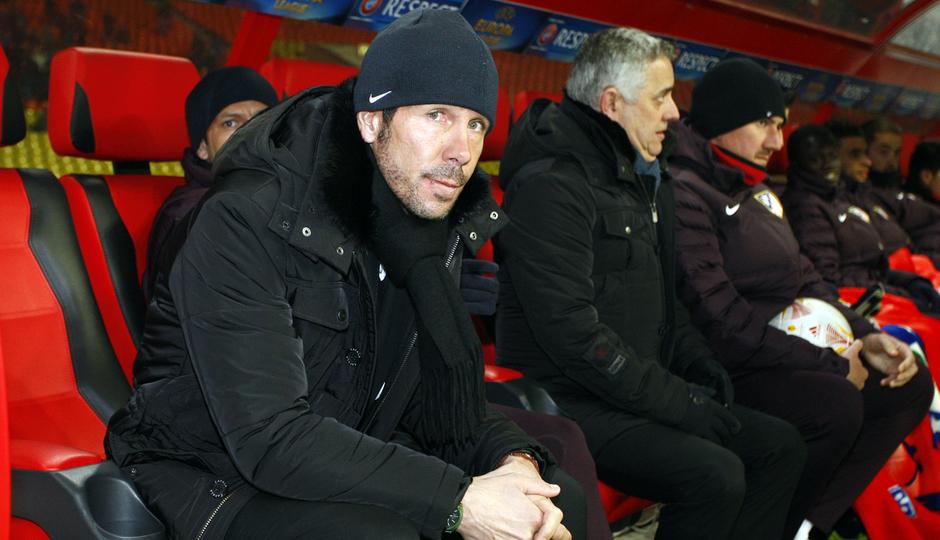Simeone, sentado en el banquillo del Atlético de Madrid antes del partido ante el Rubin.