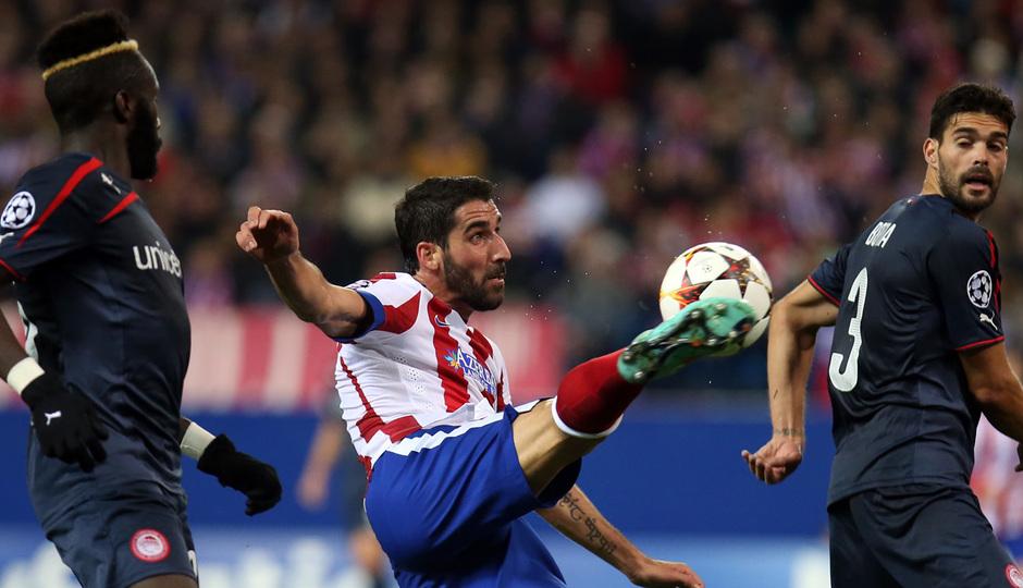 Temporada 14-15. Champions League. Atlético de Madrid-Olympiacos. Raúl García remata un balón aéreo.