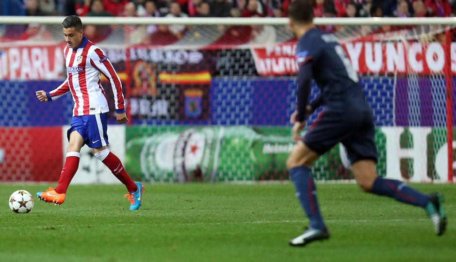 temporada 14/15. Partido Atlético de Madrid Olympiacos. Giménez con el balón durante el partido