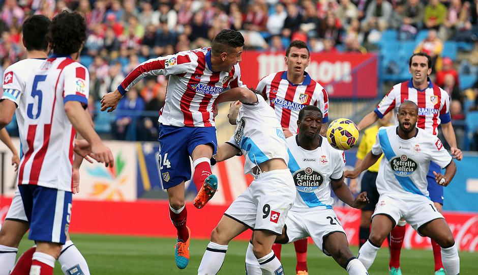 Temporada 14-15. Jornada 13. Atlético de Madrid-Deportivo. Giménez busca el remate de cabeza a portería.