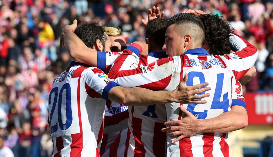 Temporada 14-15. Jornada 13. Atlético de Madrid-Deportivo. El equipo abraza a Saúl tras el primer gol del encuentro.