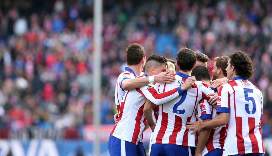 Temporada 14-15. Jornada 13. Atlético de Madrid-Deportivo. El equipo abraza a Arda tras el segundo gol del encuentro.