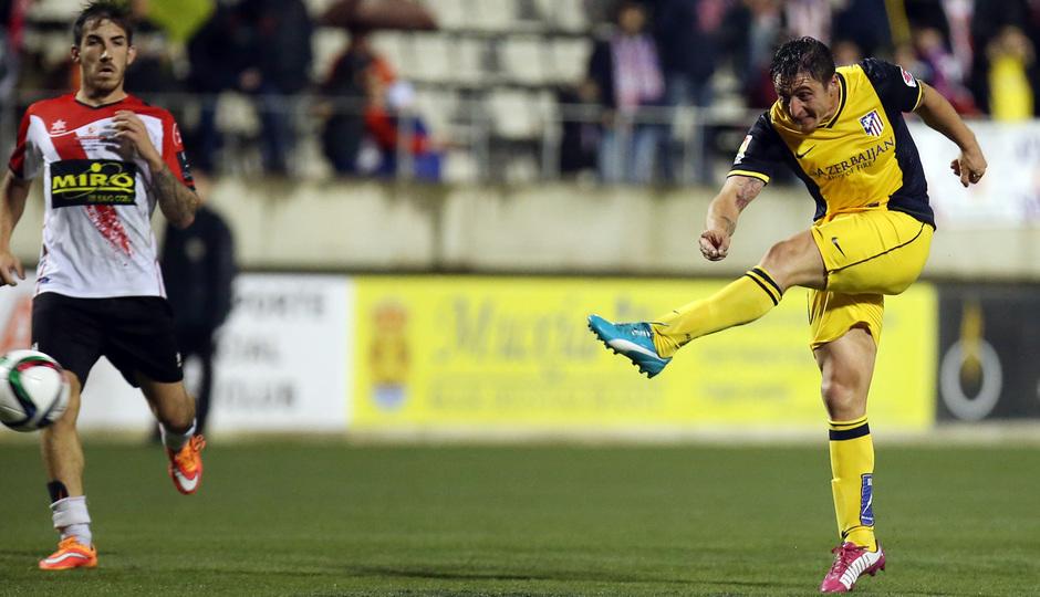 Temporada 14-15. Copa del Rey. L'Hospitalet - Atlético de Madrid. Cristian Rodríguez dispara para anotar el tercer gol del equipo.