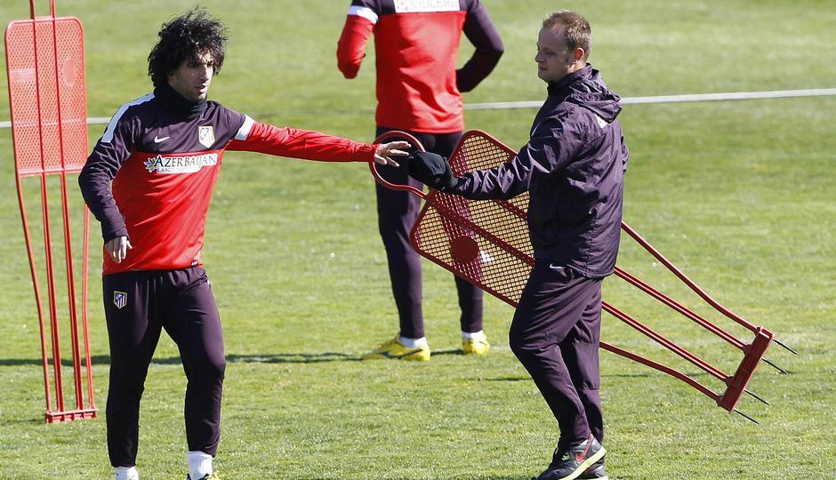 Liga 2012-13. Arda con el utillero Cristian durante el entrenamiento previo al duelo contra el Espanyol