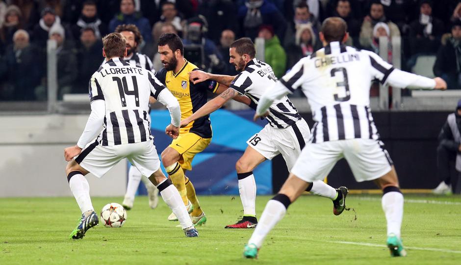Temporada 14-15. Champions League. Juventus - Atlético de Madrid. Arda sortea a cuatro rivales con el balón.